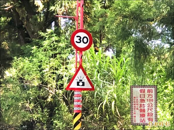南投縣仁愛鄉台十四甲線指標八公里清境農場下坡路段已設置固定測速桿,限速三十公里,警方近期將公告啟用抓超速。(記者佟振國攝)