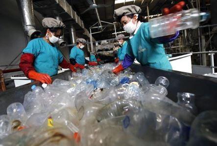 法國為遏止店家以非再生塑料包裝商品,明年將祭出懲罰制度。(路透資料照)