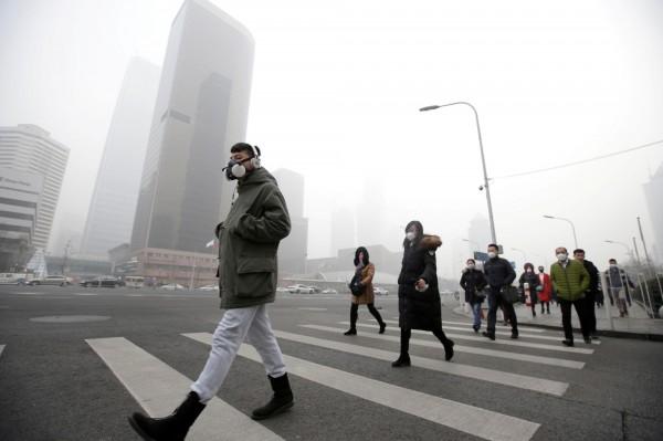 在中國若遇到霧霾來襲,短短1天就等於吸了60根菸。圖為北京霧霾。(路透)