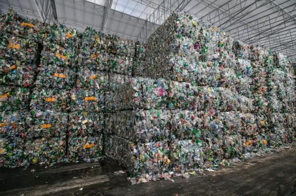 中國實施洋垃圾禁廢令,台灣環保署擬對策設限。(彭博)