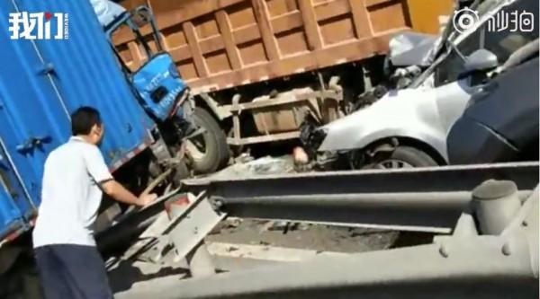 昨早中國發生一起連環車禍,一輛大貨車紅燈後仍衝向前方,一路衝撞共造成20人、13輛車損傷,警方初步推斷為煞車失靈所致。(圖擷取自「新京報我們視頻」)