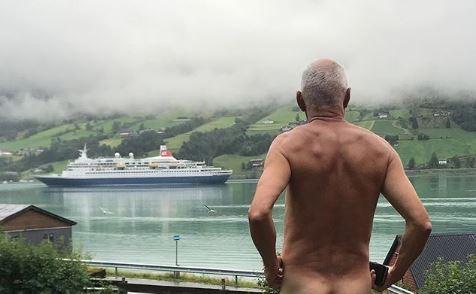 為了表達遊客過剩的不滿,挪威政治人物拍裸照以示抗議。(圖擷取自Instagram)