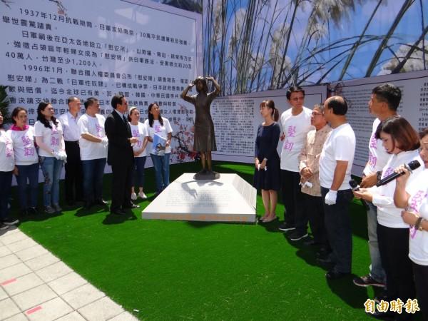 前總統馬英九(左著西裝者)參加南市慰安婦銅像揭幕。(記者王俊忠攝)