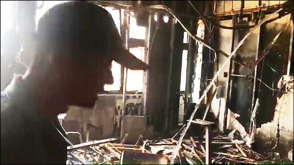新北市 消防局採證、勘驗,現場一團混亂。 (記者曾健銘翻攝)