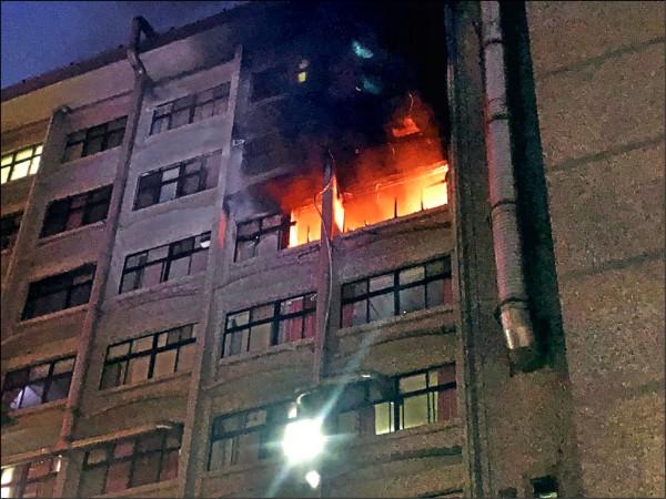 台北醫院7樓的護理之家昨天清晨失火,造成9死15傷慘劇,竄出的火舌猛烈。 (記者曾健銘翻攝)