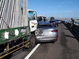 國道3號彰化路段今天上午驚傳10輛車連環追撞事故,遭撞車輛駕駛都下車待援。(記者湯世名翻攝)