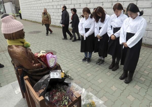 韓國日前設置慰安婦銅像,引起日方不滿。(美聯社)