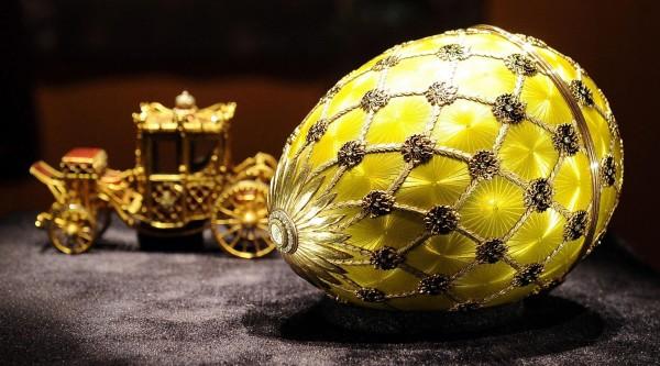 法貝熱彩蛋中的黃金蛋與黃金馬車。(歐新社)
