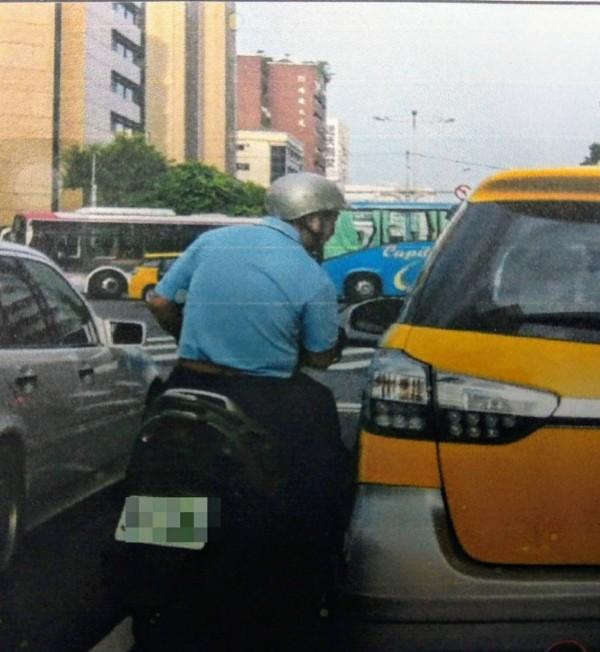 54歲洪姓男子在街頭隨機向路過駕駛借錢。(記者姚岳宏翻攝)