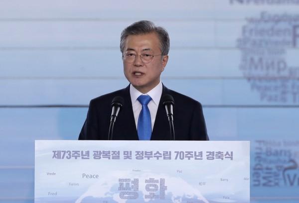 南韓總統文在寅今天在光復節發表演說,宣傳他的朝鮮半島和平運動。他呼籲建造與北韓相連的鐵路、能源和經濟合作,作為東北亞和平與繁榮的基石。(美聯社)