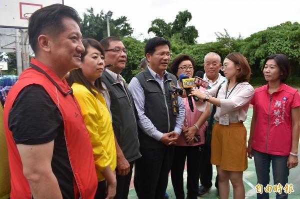 林佳龍受訪,包括國、民兩黨與無黨議員參選人,爭相卡位搶曝光機會。(記者張瑞楨攝)