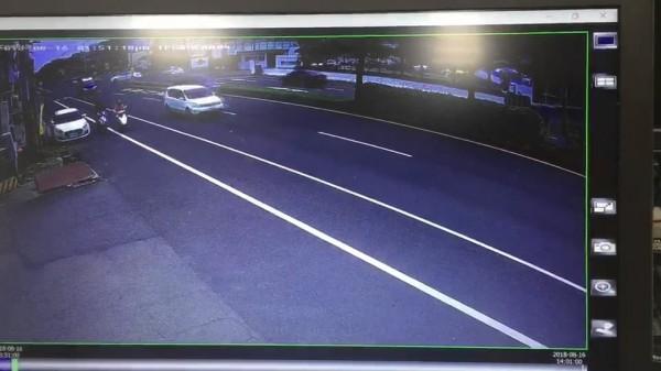 2台機車在北上車道機車道發生擦撞。(記者張聰秋翻攝)