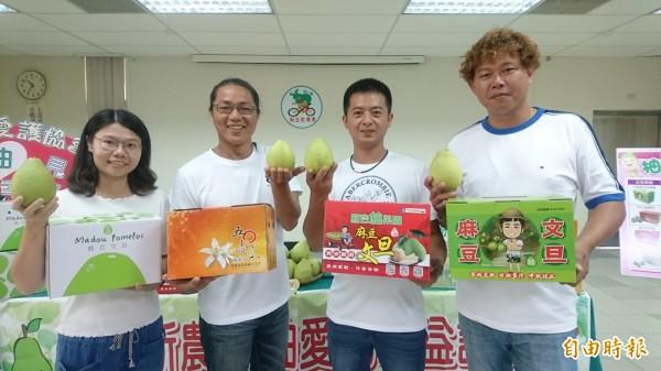 麻豆柚農新農人李明彥(右起)、李政勳、李佳翰、李羚卉捐文旦義賣助公益。(記者楊金城攝)