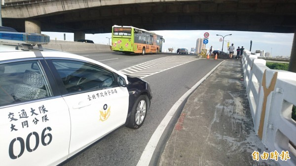 郭男騎車搭載朱女上忠孝橋時,不慎撞上前方機慢車道和快車道的分隔島。(記者陳恩惠攝)