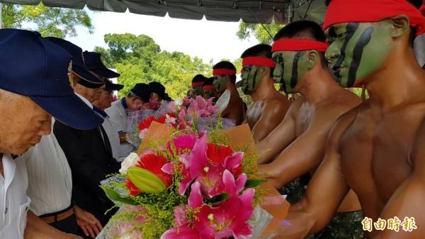 步訓部體幹班新兵獻花給老英雄,象徵國軍世代傳承,共同守護家園。(記者陳文嬋攝)