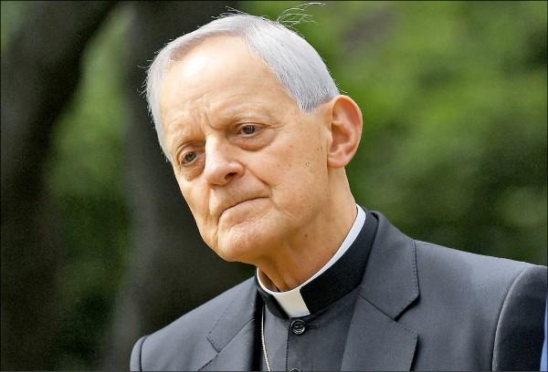 美國天主教華盛頓總教區樞機主教弗爾,被控在擔任匹茲堡主教期間協助包庇神父犯行。圖為弗爾去年五月在白宮參加提倡言論自由和宗教自由行政命令簽署儀式。(法新社檔案照)