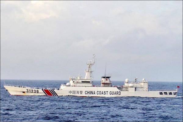 為強化對釣魚台海域的監控、對抗中國在東海的活動,日本政府正考慮引進成本較低的超小型雷達衛星,以彌補既有情報蒐集衛星之不足。圖為在釣魚台海域出沒的中國海警船。(路透檔案照)
