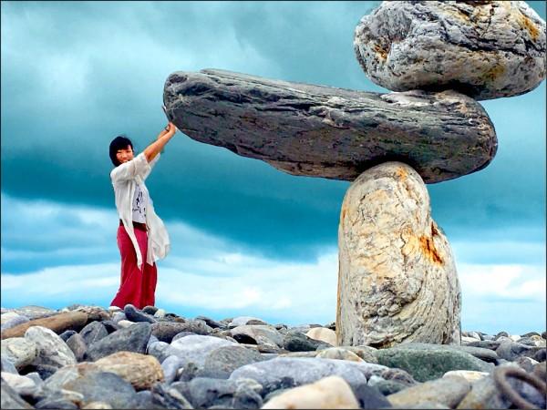 民眾「借位攝影」拍出頂起巨石。(讀者提供)