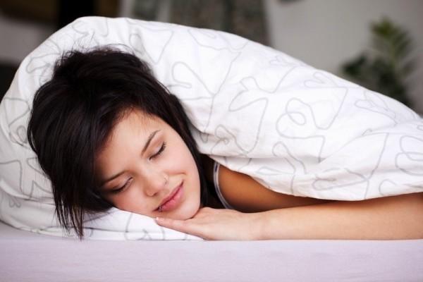 美國哈佛大學最新一項研究顯示,若「把鬧鐘按掉,再繼續小睡」的行為不斷重複,反而會造成身體慢性疲勞,適得其反。圖中人物與新聞無關。(法新社)