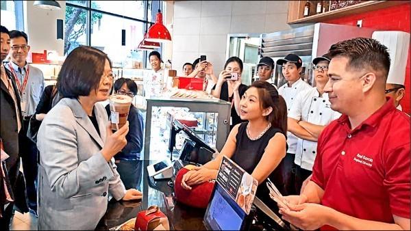 中國頻頻出手打壓台灣,蔡英文在美國買咖啡,85度C被迫發聲明切割。(圖擷自立委蔡適應臉書)
