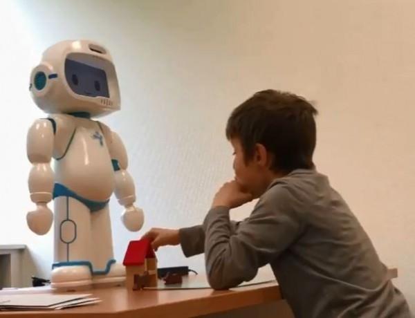 外國一間公司最近推出一款可以與自閉症兒童互動的機器人,教導病童學習人際互動。(圖擷自YouTube)