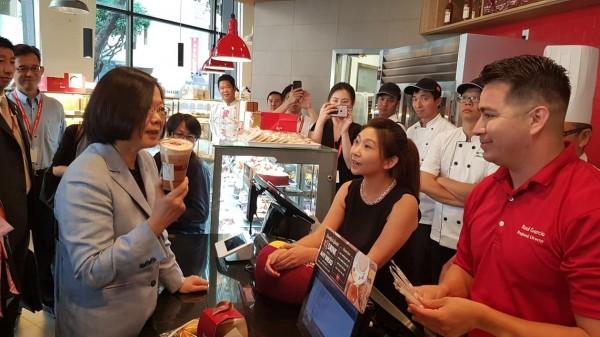 蔡英文在美國洛杉磯過境期間,赴85度C購買咖啡,並與國籍員工親切互動,未料竟橫受中國不當壓力。(圖擷自立委蔡適應臉書)