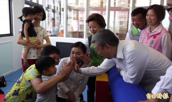 副總統陳建仁到彰化親子館,跟小朋友歡喜擊掌。(記者劉曉欣攝)