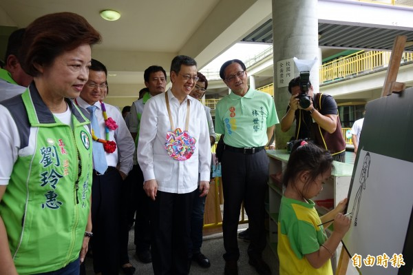 副總統陳建仁到彰化平和非營利幼兒園,關心小朋友上課情況。(記者劉曉欣攝)