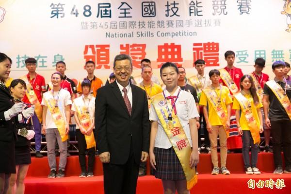 蔡竹信(右)苦練挑戰第45屆國際技能競賽。(記者黃旭磊攝)