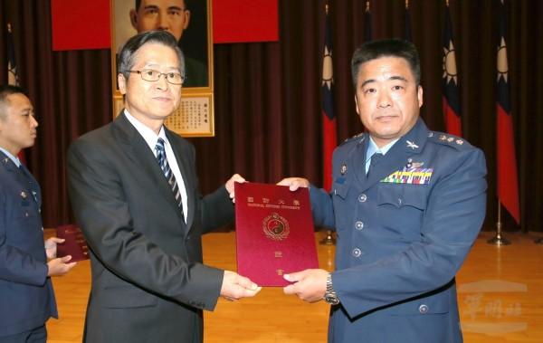 國防大學舉行深造教育聯合畢業典禮,由國防部長嚴德發頒獎授結業證書。(軍聞社提供)。