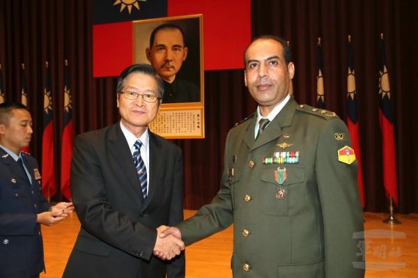 國防部長嚴德發17日授予友邦完訓學員獎章。(軍聞社提供)。