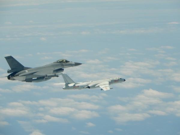 共軍轟6K長程轟炸機(右)及其搭載的對地攻擊巡弋飛彈,射程已涵蓋美軍關島基地,嚴重威脅台灣及區域內的美國基地安全。圖為轟6K繞台,我戰機升空監偵拍攝畫面。(資料照,國防部提供)