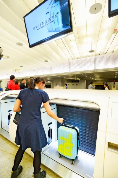 繼桃園機場捷運A1站設置自助行李託運系統,桃園機場公司將於桃園機場二航廈出境大廳,設置第二套自助行李託運系統。(資料照)