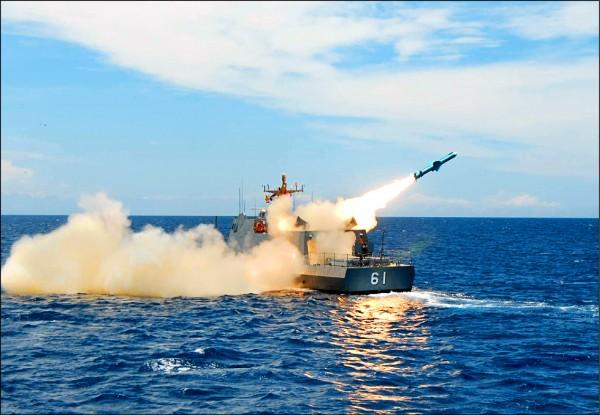 軍方官員指出,海軍在上半年已對國內各大小漁港進行微型飛彈突擊艇模擬測試,模擬演練結果顯示確實可行。圖為光六快艇發射雄二飛彈。(取自中科院官網)