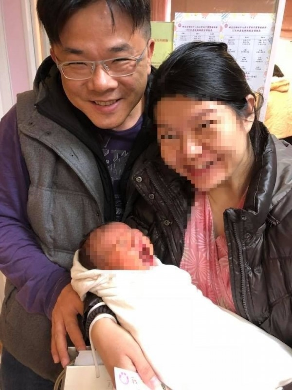 黃偉展(左)已婚。(記者邱灝唐翻攝)