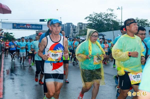 6000參賽選手冒雨跑馬拉松,沿途經過藍天白雲橋等大坑知名景點。(記者黃鐘山攝)