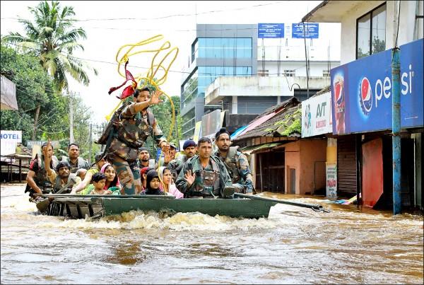 圖為印度軍方疏散埃爾納古勒姆區的災民。(法新社)