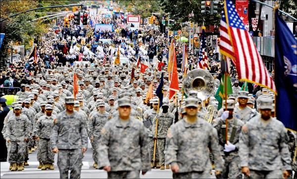 美國國防部十六日表示,原定於今年十一月十日「退伍軍人節」舉行的華府閱兵,將至少延至明年舉行。圖為二○一五年「退伍軍人節」在紐約第五大道舉行的軍人遊行。(歐新社)