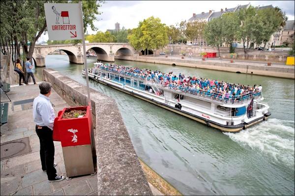 法國巴黎塞納河畔設了男性專用的「人行道小便斗」,引發當地民眾反彈。(法新社)