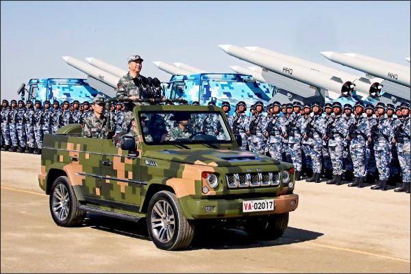 美國國防部16日公布今年度「中國軍力報告」,指中國從未放棄武力統一台灣。圖為習近平去年在朱日和基地閱兵。(美聯社檔案照)