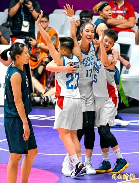 亞運女籃賽,台灣隊延長賽氣走韓國聯隊,球員興奮抱在一起。 (記者林正堃攝)