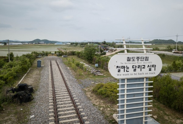 中、韓、朝三方都希望美國盡快簽署韓戰終戰宣言,但美方態度消極。圖為鐵路線「京元線」位在南北韓非軍事區的「鐵原站」,該鐵路線在兩韓分治後便停止行駛。(法新社)