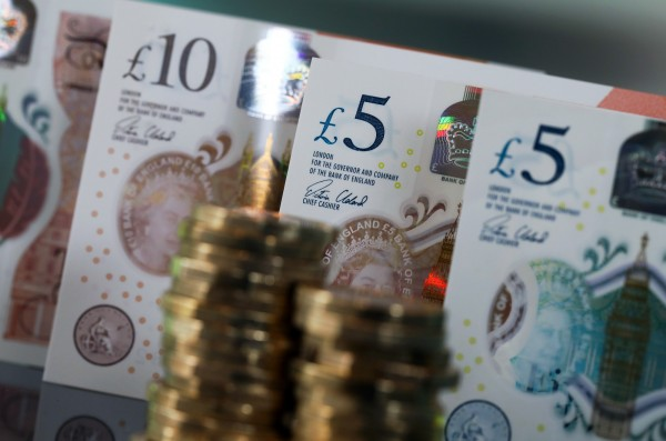 平均薪水為2萬3500英鎊(約新台幣91.7萬)的英國勞工,要工作137年才能賺到CEO一年所得。(彭博)
