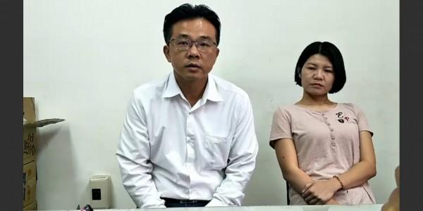 黃偉展與老婆出面召開記者會,完全無法止血。(記者蔡文居翻攝)
