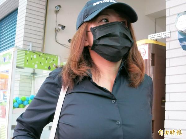 S女出面召開記者會,再度爆料,黃偉展曾要求她色誘同選區的同黨對手。(記者蔡文居攝)