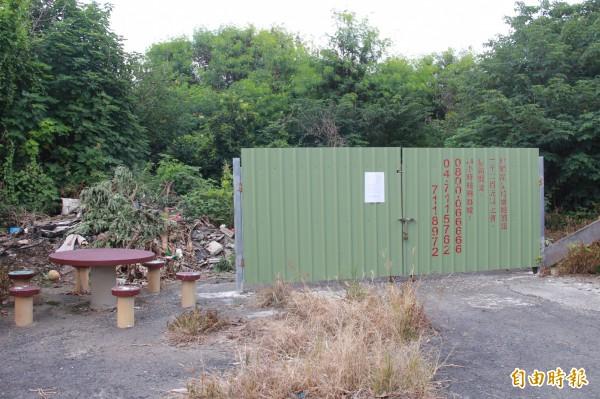 埔鹽鄉公所確定第一公墓排除成立火葬場,在入口處張貼公告,宣布禁葬。(記者陳冠備攝)
