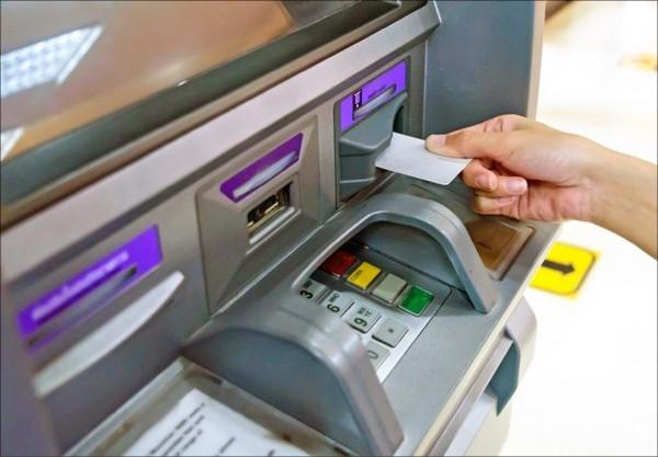 昨晨全台ATM大當機事件,財金公司指出是內部IBM系統異常,排除外部資安、駭客攻擊。(資料照)