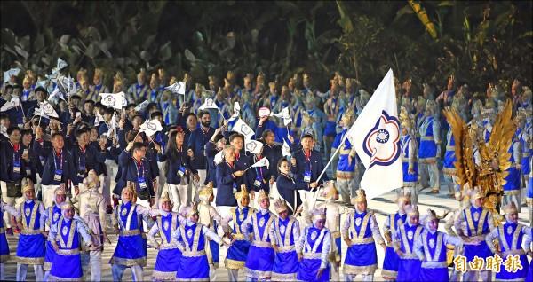2018年雅加達─巨港亞運,昨晚在格羅拉蓬卡諾體育場舉行開幕典禮,台灣派出史上最大團,由「舉重女神」郭婞淳擔任掌旗官。(特派記者陳志曲攝)
