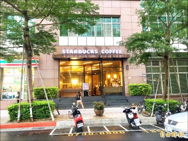 連鎖咖啡店星巴克位於台北市內湖區洲子街等門市,洗手間遭色狼藏RE水管相機偷拍女客如廁。(記者陳恩惠攝)