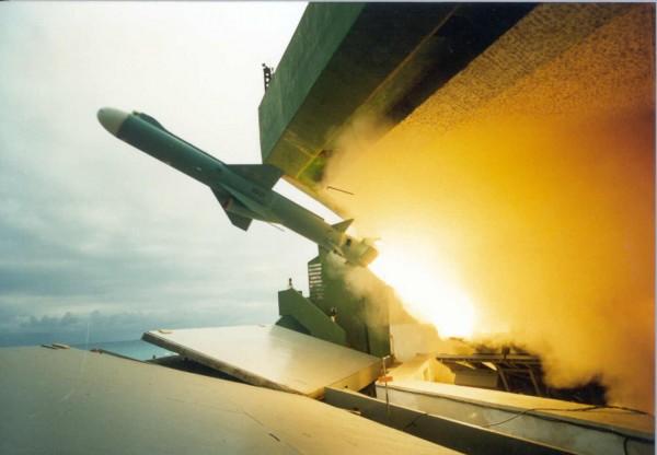 「雄二B」的次音速雄二增程型攻艦飛彈,驗證時升空後發生故障、無法點火直接墜海。圖為雄風二型反艦飛彈。(圖擷取自中科院)